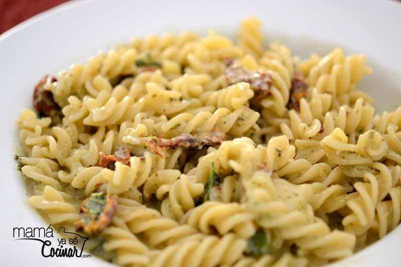 pasta-pesto-tomates-scamorza