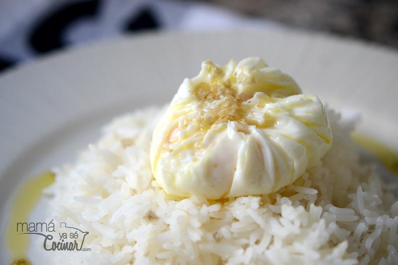 huevos escalfados en film con arroz